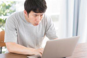 ノマスタイル(noma-style)でブランド品を検索する男